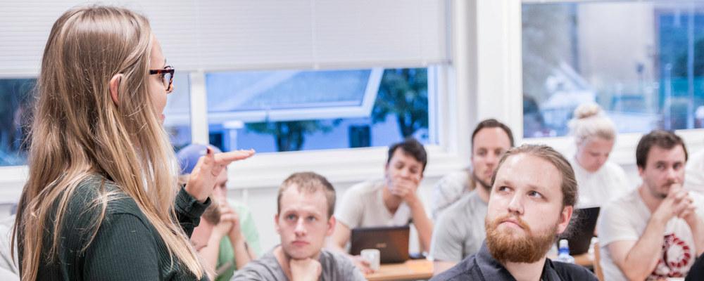 lærerstudenter som diskuterer i gruppe