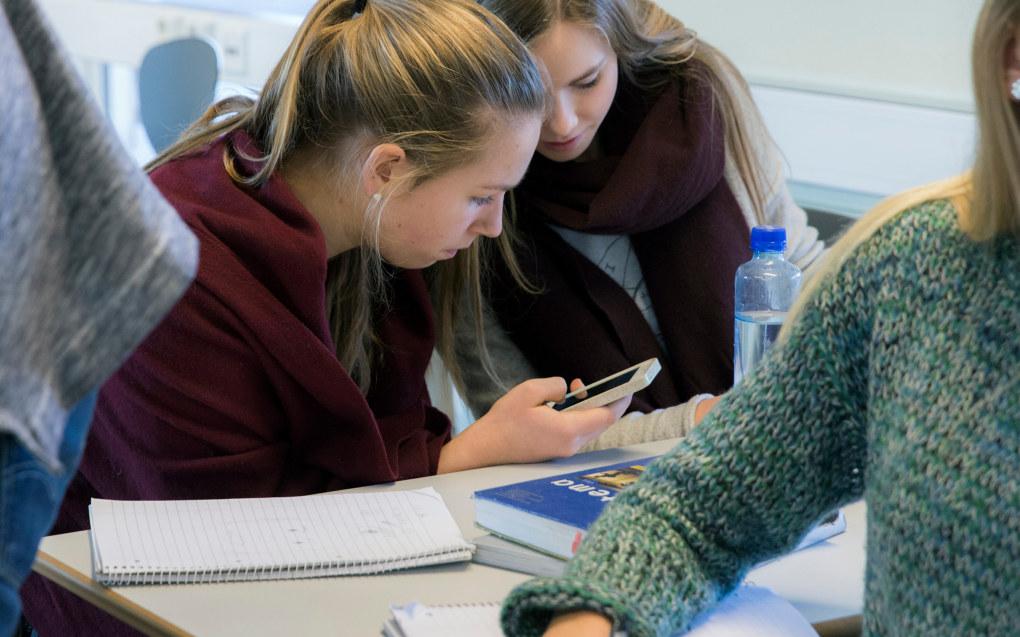 Konsekvensen av et mobilforbud i skolen er, ifølge den danske elevlederen Sarah G. Bærentzen, at man sender elever ut av grunnskolen uten å vite hvordan man håndterer bruk av mobilen Foto: Berit Roald / NTB scanpix