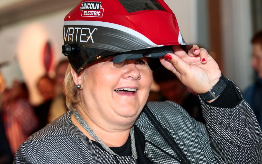 Statsminister Erna Solberg (H) gikk prøve seg som sveiser etter at hun hadde åpnet utstillingen «Fremtidens yrkesfag» på Teknisk museum i Oslo fredag. Foto: Lise Åserud / NTB scanpix