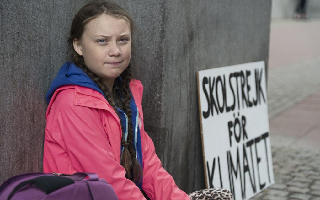 Hver dag i mer enn to uker har Greta Thunberg (15) droppet skolen og sittet utenfor Riksdagen i sentrum av Stockholm. Hun deler ut løpesedler med teksten «Dette gjør jeg fordi dere voksne driter i framtiden min». Foto: Aftonbladet / NTB scanpix