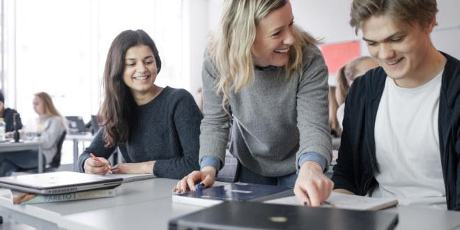 Lærer med to elever.
