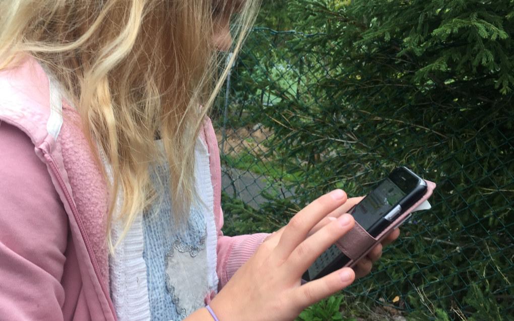 Ved mange skoler må elevene gjøre seg ferdige med mobiltelefonen før de går inn i skolegården. – Vi kan ikke ha nasjonale forbud og retningslinjer for alt her i verden, sier Gunn Iren Gulløy Müller, leder for Foreldreutvalget for grunnopplæringen (FUG). Foto: Paal Svendsen