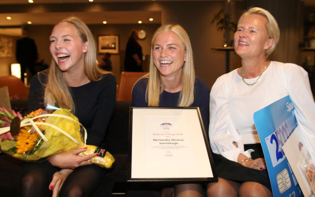 Årets barnehage ble Norlandia Skistua i Oslo. De pedagogiske lederne Seline Risan Sævle (t.v.) og Mette Drivdal (midten) mottok prisen sammen med daglig leder Annette Strand. Foto: PBL.