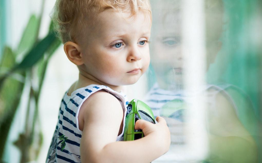 Jeg har behov for nærhet og trøst. De ser det ikke, tenker kanskje 1-åringen i en barnehage der antatte ikke har tid og nok kunnskap om de minste barna. Illustrasjonsfoto:Fotolia.com