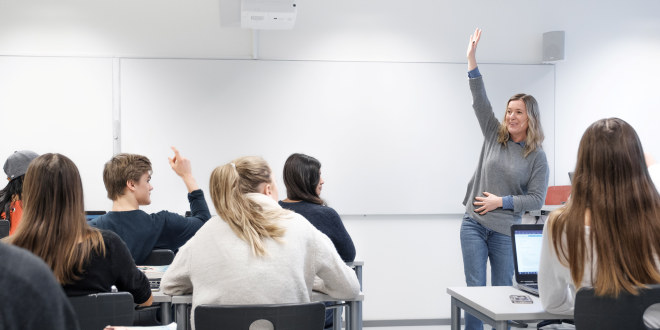 Lærer i klasserom.