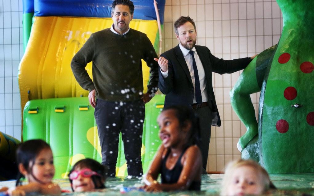 Abid Raja har flere ganger snakket varmt om svømmeopplæring i barnehagene. Her fra en seanse med daværende kunnskapsminister Torbjørn Røe Isaksen i 2017. Arkivfoto: Jørgen Jelstad.