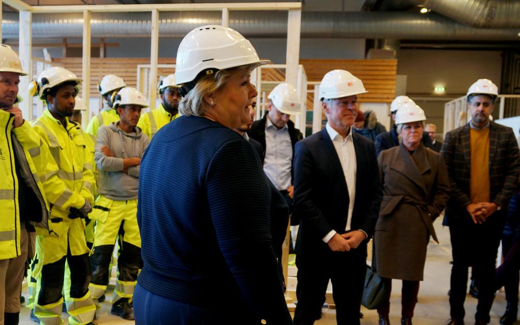 Erna Solberg, Jan Tore Sanner og Abid Q. Raja på Hellerud videregående skole i Oslo i dag. Foto: Marianne Ruud