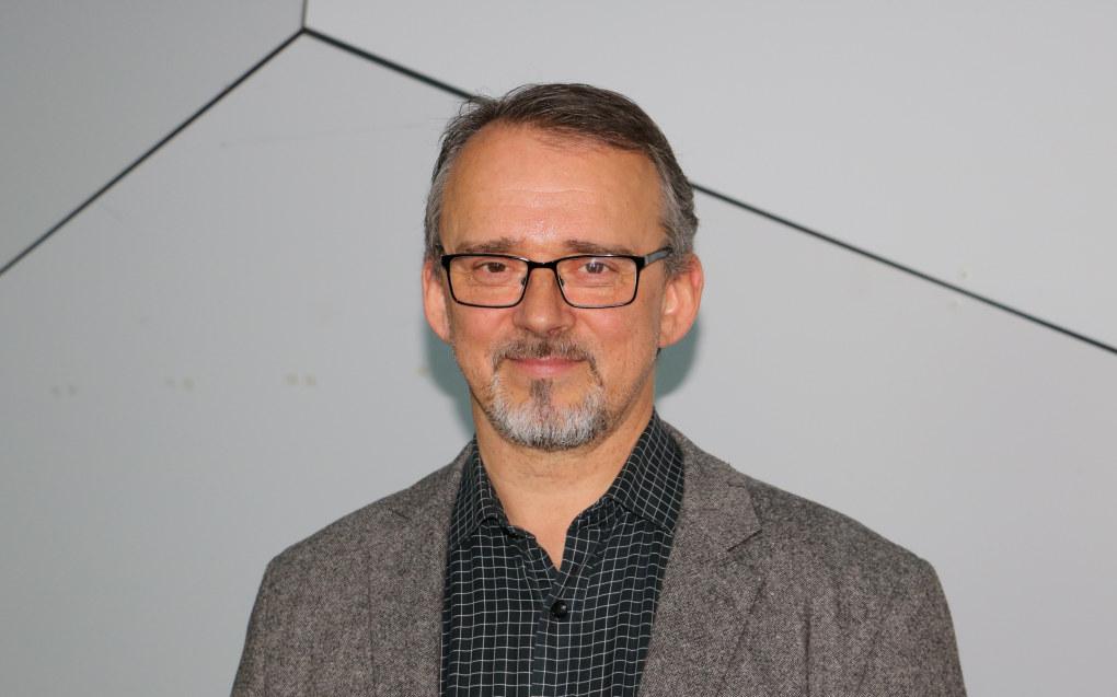 – Det er viktig å tenke at styring og forandring ikke bare er noe negativt, sier professor Kjetil Børhaug ved Universitetet i Bergen. Han la frem en oversikt over hvordan fremtidens styrerrolle kan bli på styrerkonferansen i regi av Utdanningsforbundet. Foto: Line Fredheim Storvik