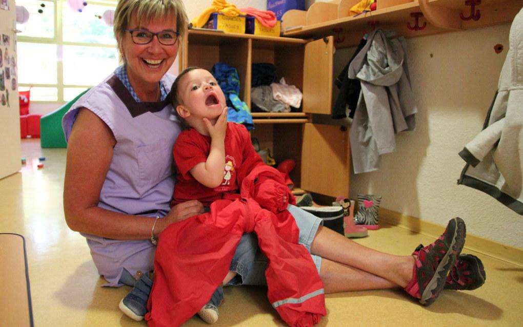Torhild tar på Nathan en av parkdressene den franske barnehagen hun jobber i, har fått fra Norge. Det gjør det mulig for barna å være ute både i snø og regn, noe de ellers ikke hadde gjort. FOTO: Rakel Benon