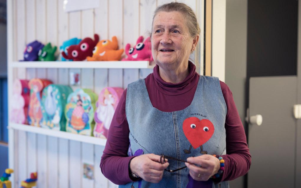 Lise Arnesen har jobbet i barnehagen i snart 50 år. – Når jeg våkner om morgenen tenker jeg meg glede på alt jeg skal gjøre i løpet av dagen, sier den blide 69-åringen. Foto:  Maja Ljungberg Bjåland