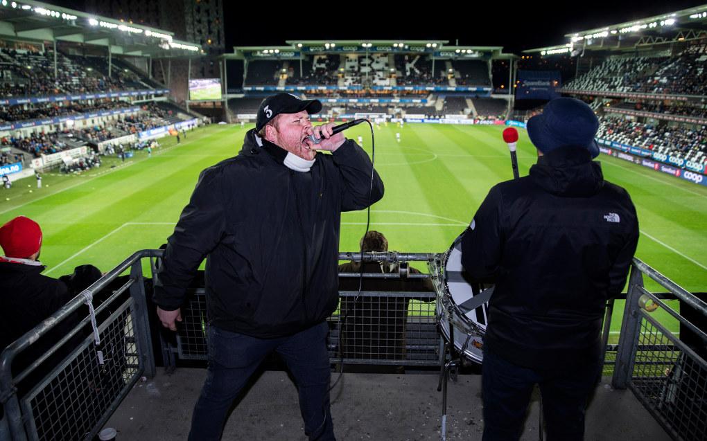 Jo Erik Øverby, er forsanger for Kjernen. Her på sin faste plattform på Øvre Øst under NM-semifinalen 2018 mellom RBK og Start, på Lerkendal stadion i Trondheim. Foto: Glen Musk