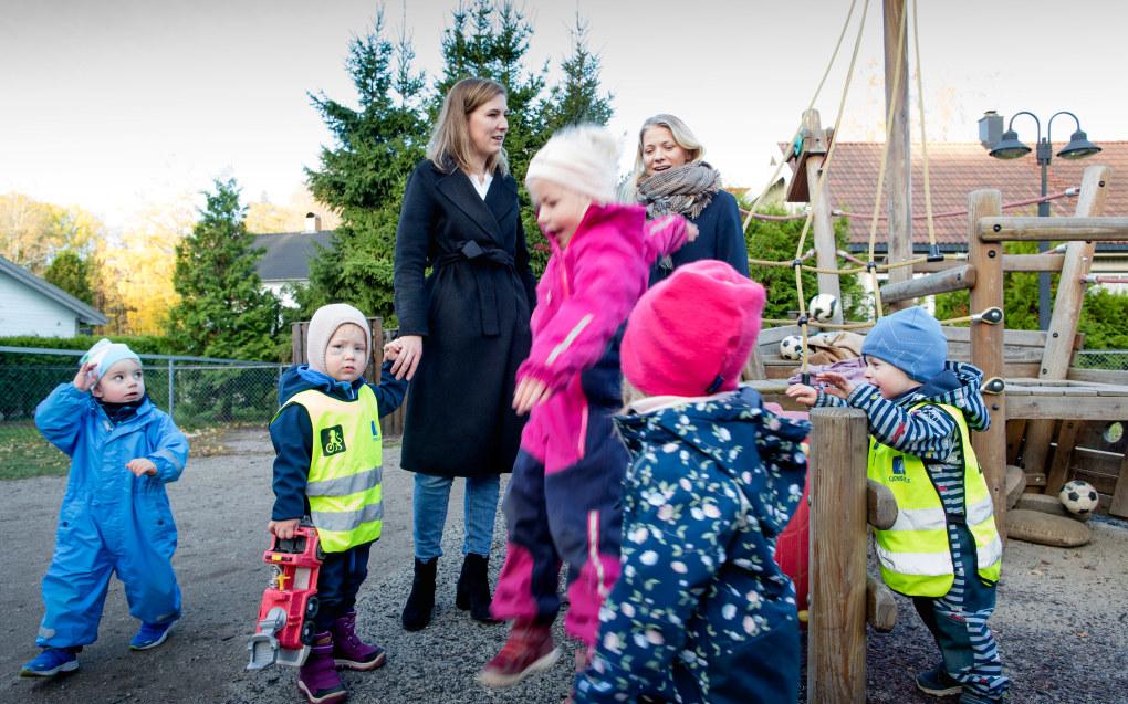 I Smedhusåsen barnehage var foreldrene Maria Steinum og Synnøve Hvidsten blant dem som svarte på foreldreundersøkelsen i 2017. De sier det kan være vanskelig å vite nok om barnehagehverdagen til å gi gode svar på mange av spørsmålene. Foto: Tom-Egil Jensen.