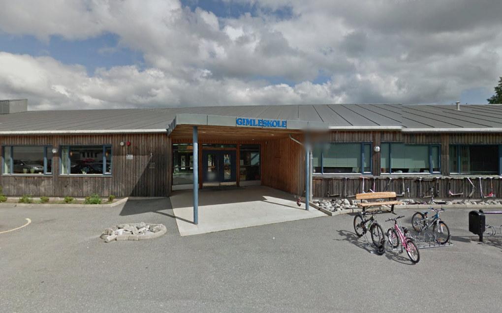 Barneskolen Gimle skole i Halden må trolig kutte 1,6 millioner kroner i lønnsbudsjettet for lærere. Foto: Google Maps