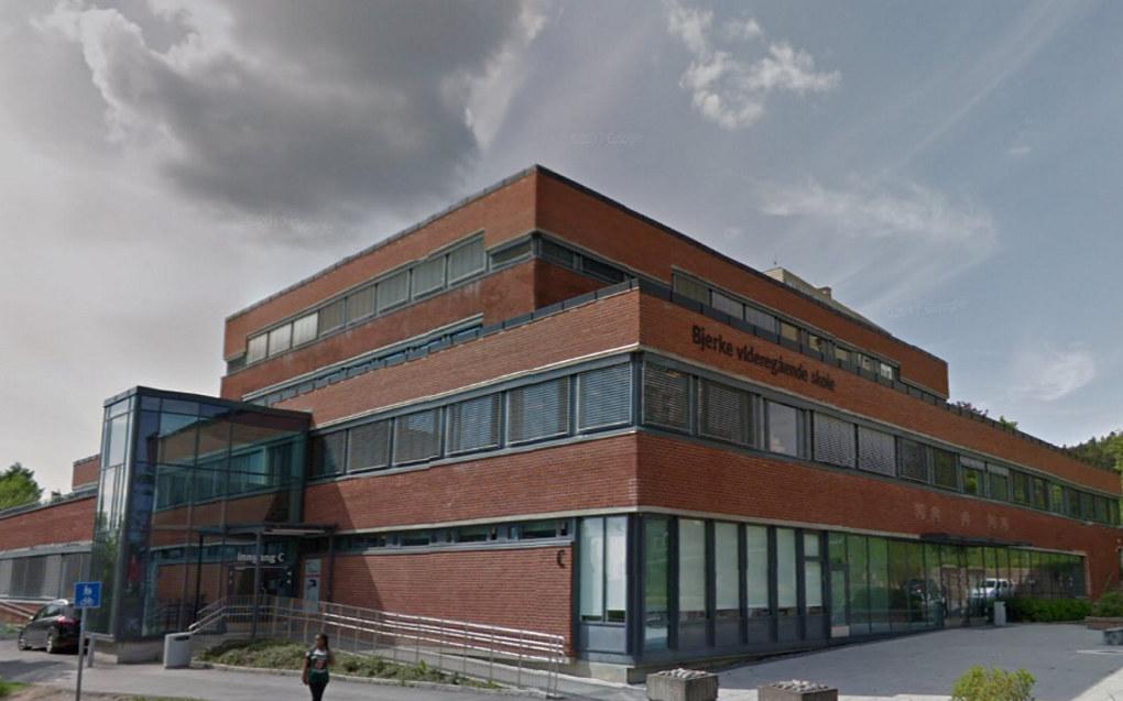 Bjerke videregående skole er en av skolene i Oslo der det er blitt skutt med fyrverkeri innendørs tirsdag. Arkivfoto: Google Maps