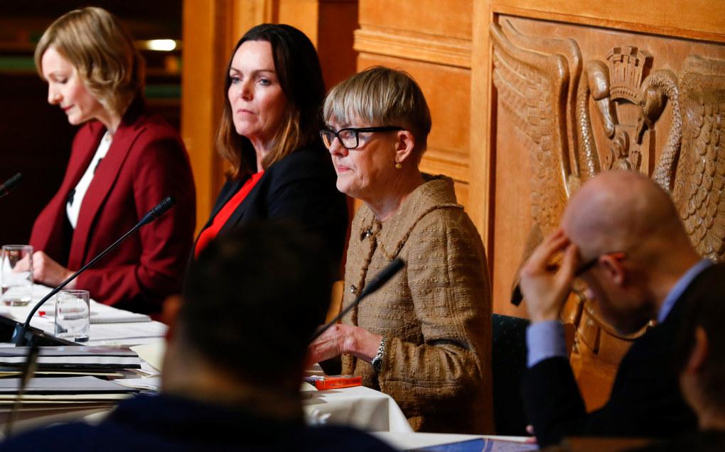 Avgått direktør for Utdanningsetaten i Oslo, Astrid Søgnen (til høyre), avviste kritikken mot henne fra byråd Inga Marte Thorkildsen (til venstre) i høringen i Oslo rådhus torsdag. I midten: konstituert direktør Kari Andreassen. Foto: Heiko Junge/NTB Scanpix