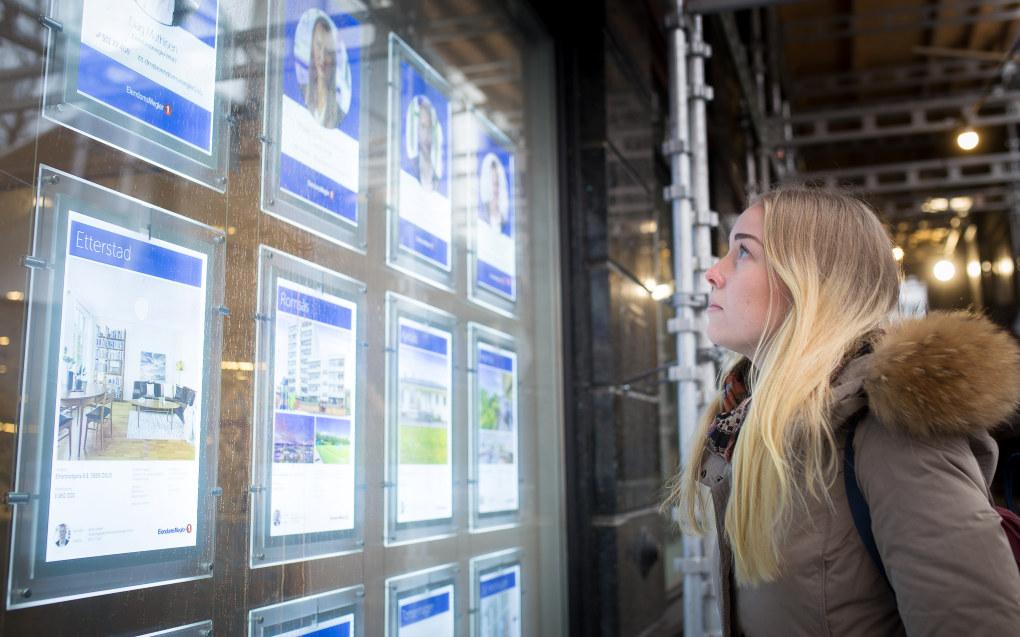 Barnehagelærerstudent Marie H. Stene titter på boligannonsene i Oslo sentrum. Foreløpig leier hun og samboeren en leilighet, men drømmer om å kjøpe en leilighet sammen i fremtiden. Foto: Hans Skjong