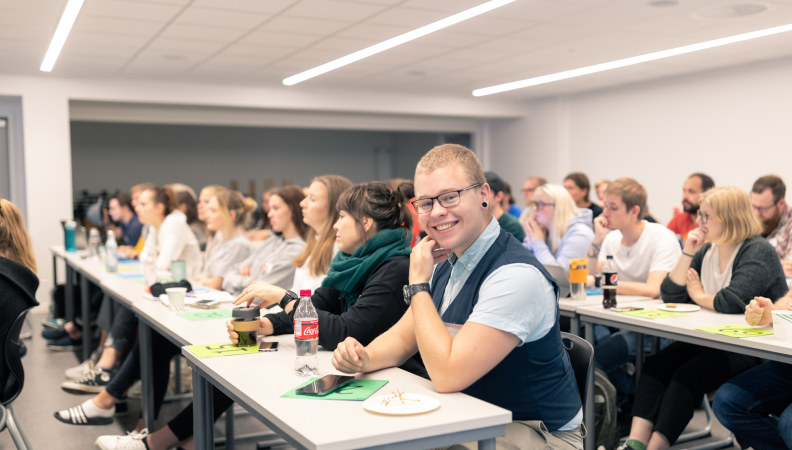 Bilde: Studenter i et klasserom.