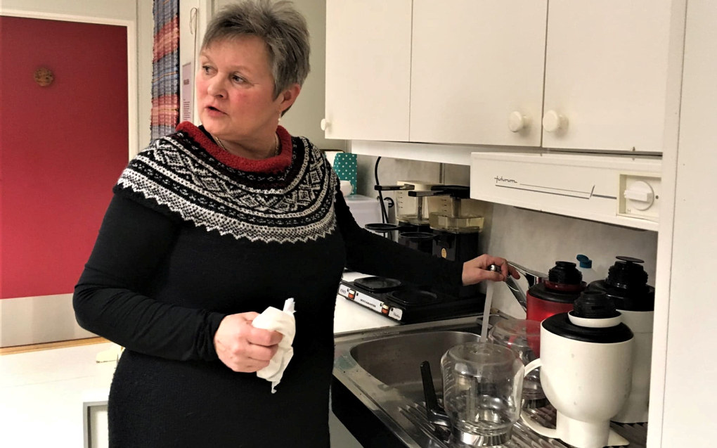 – Hvert fjerde år er oppvekstsenteret her nedleggingstrua, sier Eva Marie Storø, lærer på Vik og hovedtillitsvalgt i Kvæfjord kommune. Foto: Sonja Holterman