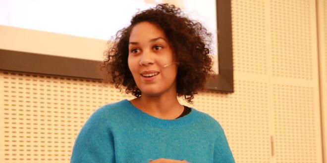Forfatter Camara Lundestad Joof holder foredrag på Lærernes hus. Foto.