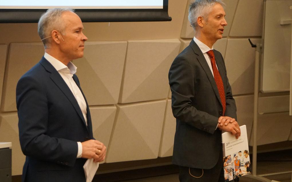 Økonomiprofessor Steinar Holden (til høyre) har ledet utvalget som i dag la sin andre delrapport om framtidas kompetansebehov til kunnskapsminister Jan Tore Sanner. Arkivfoto: Marianne Ruud