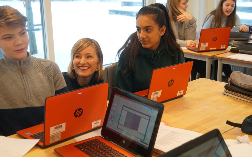 Byråd for oppvekst og kunnskap i Oslo, Inga Marte Thorkildsen (SV), snakker med elevene Noah Abrahamsen og Malaika Amer om hvordan de opplever karakterfri hverdag og om hvordan de bruker digitale verktøy til skolearbeid og egenvurdering. Foto: Marianne Ruud