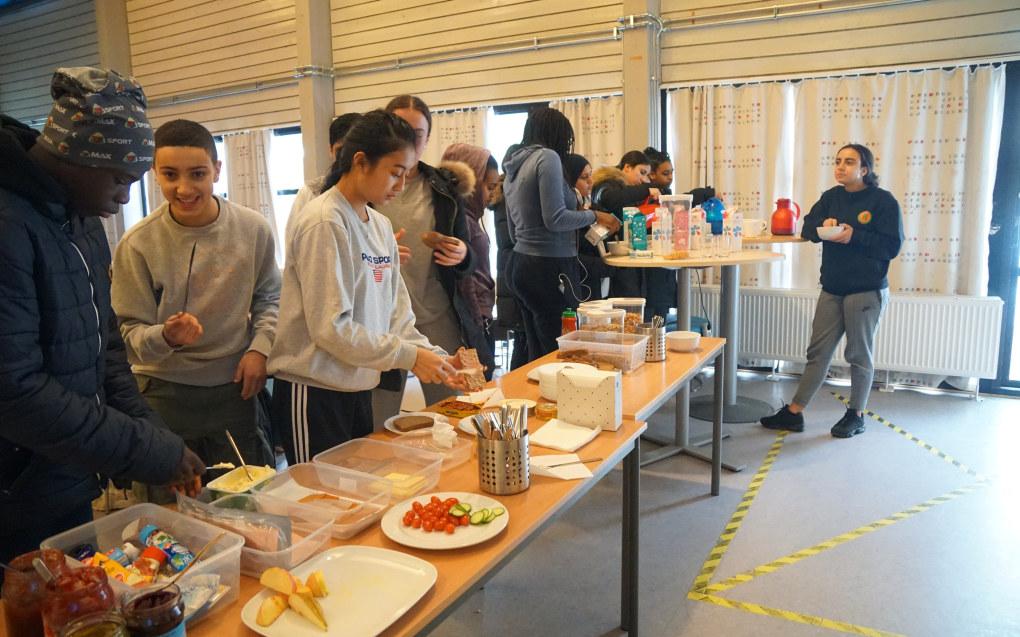 På Bjøråsen ungdomsskole serveres det gratis frokost før åtte til elever som kommer tidlig. Elever som går på idrettslinja, eller som bare er med på en treningsøkt om morgenen, får gratis frokost klokka ni. Foto: Marianne Ruud