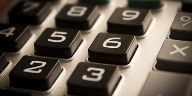 Vi ser nærbilde av en kalkulator, kun noen av tastene. Det er et bilde i svart-hvitt.