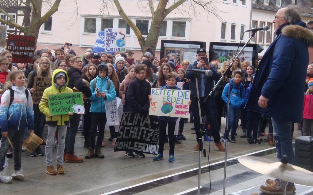Elever over hele verden aksjonerer i disse dager for klimasaken. Her fra demonstrasjon i Aschaffenburg i Bayern i Tyskland.  Foto: Wikimedia Commons / Andol