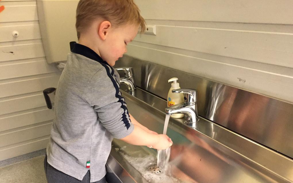– To vasker på kjøkkenet og armatur som man kan dytte i gang med håndbaken eller armen, råder Kari Laastad, seniorinspektør i Mattilsynet. Arkivfoto: Paal Svendsen
