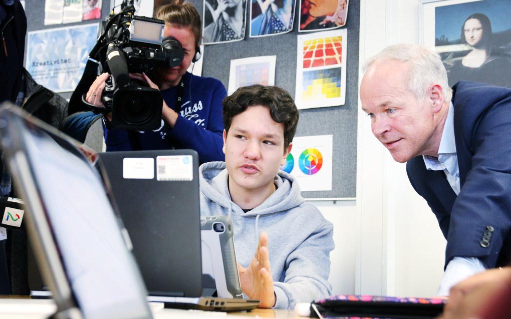 Nicolas Nordvik viser kunnskapsminister Jan Tore Sanner hvordan de jobber med et stort tverrfaglig prosjekt på Sofienberg skole. Foto: Jørgen Jelstad.
