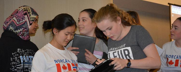 Ungdommer jobber med nettbrett.