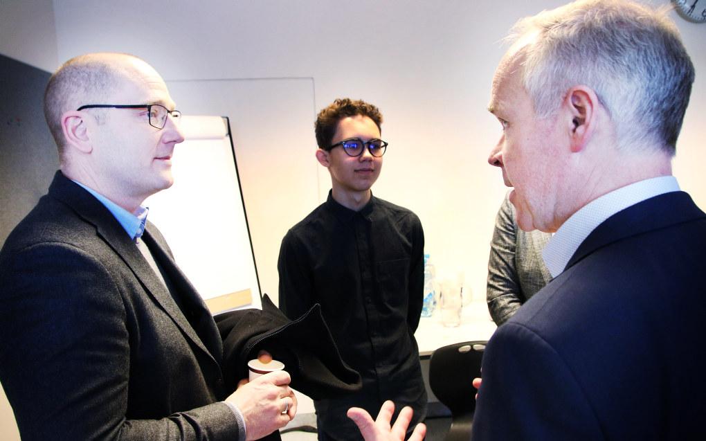 Steffen Handal og kunnskapsminister Jan Tore Sanner diskuterer etter at sistnevnte hadde presentert forslagene til nye læreplaner. Foto: Jørgen Jelstad.