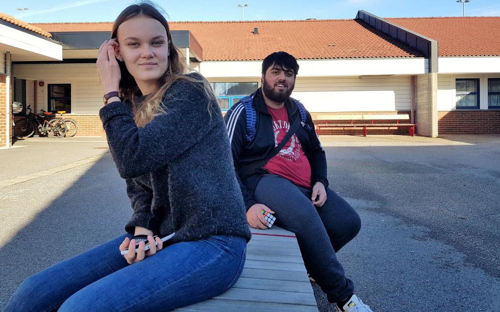 Andrea Stenshorne Simonsen (15) og M. Samir Butt (16) på Austbø skole i Stavanger synes det er lurt å fokusere mer på de unge som ser på mobbing. Foto: Sonja Holterman
