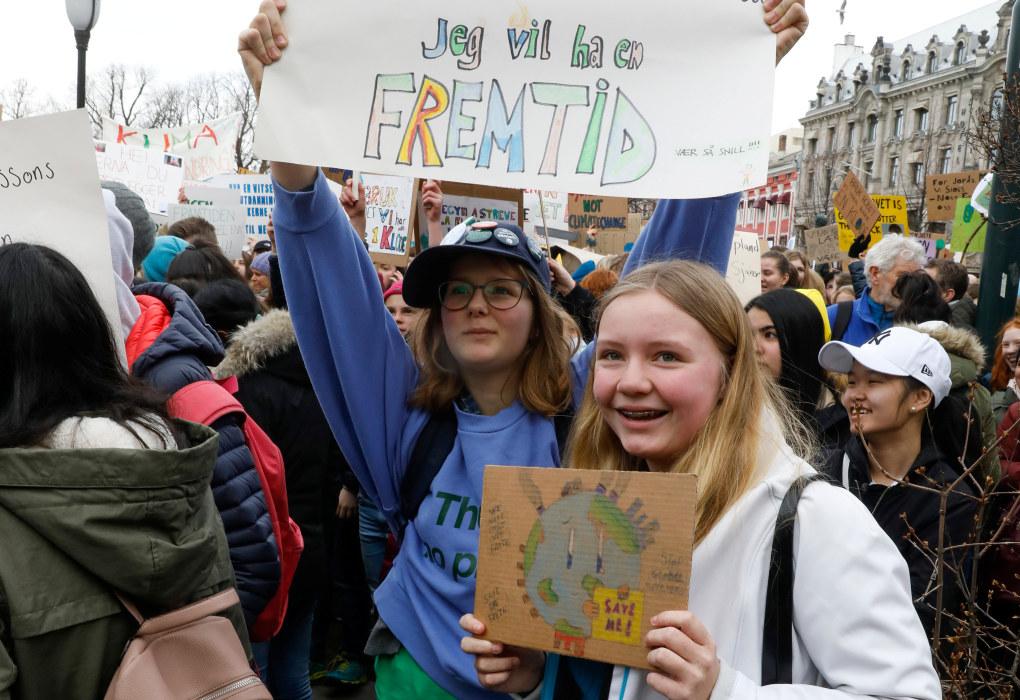 Julie Arctander (t.v.) og Emilie Irgens fra Sætre i Hurum og streikende skoleelever er på plass utenfor Stortinget fredag morgen. Foto: Tom Hansen / NTB scanpix
