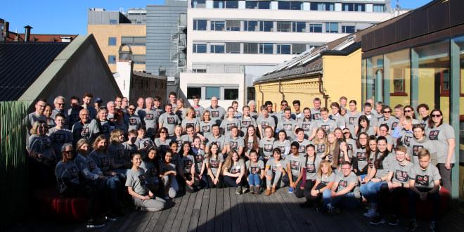 Vi ser et gruppebilde av en stor forsamling. Dette er deltakere på en av NORCAN-samlingene i Oslo. Gruppebildet er tatt ute på en terrasse