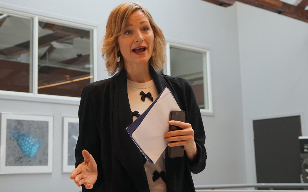 Etter at Inga Marte Thorkildsen fikk høre sjetteklassingene på Bogstad skole fortelle hva dramafaget har betydd for dem, håper hun flere barn får oppleve å møte en dramapedagog. Her er hun på dramakonferansen i Oslo. Foto: Marianne Ruud