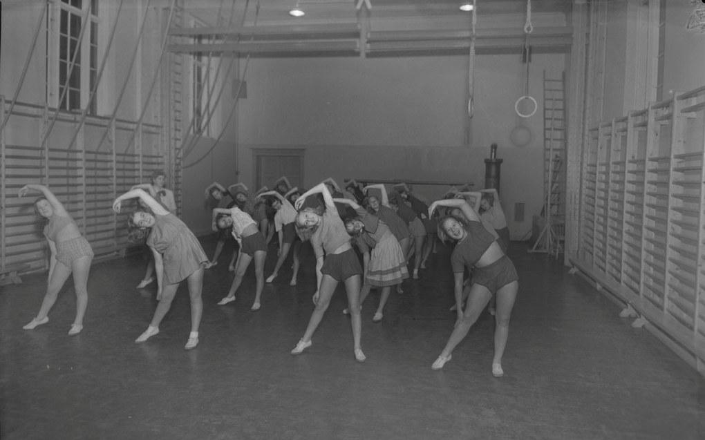 – I perioden 1930-1960 var gymnastikken kjønnsdelt, og jenter skulle ha mer turnorientert gym, sier forsker Pål Augstad. Her ser vi kvinnelige elever ved Lademoen skole i Trondheim i 1949. Foto Schrøder/Sverreborg Trøndelag Folkemuseum