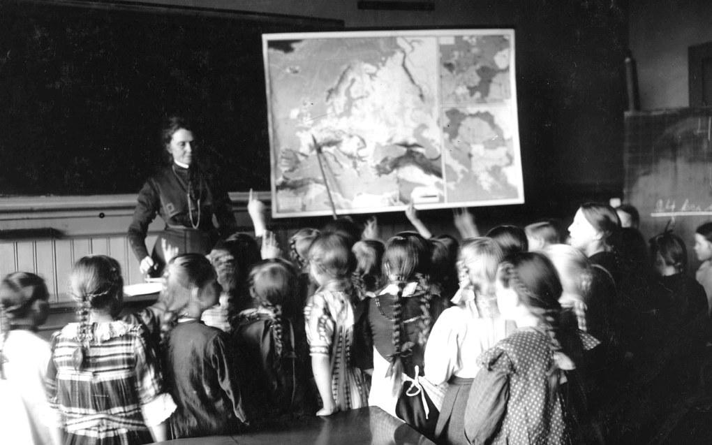 Anna Rogstad undeviser en pikeklasse på Sagene skole i 1909. Foto: Anders Beer Wilse / Norsk Folkemuseum