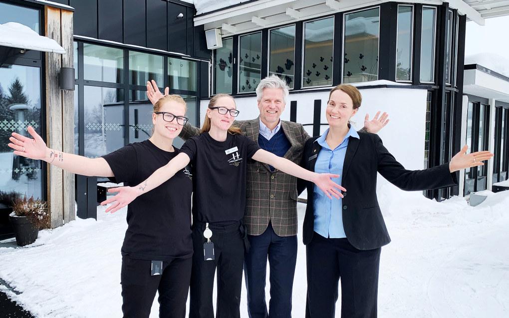 – Vi er stolte av produktet vårt, sier Veronica Ruudsengen (tillitsvalgt), Jeanette Johansen (hovedtillitsvalgt),  Pål Gjerstad (hotelldirektør) og Marianne Høgmoe (ansatterepresentant i styret) ved Hurdalsjøen hotell. Foto: Kaja Mejlbo