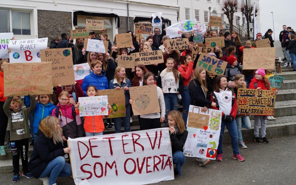 Over hele landet deltok titusenvis av norske skolebarn og ungdommer i demonstrasjoner for å kjempe for miljøet. Her fra demonstrasjonen i Farsund i Vest-Agder. Foto: Margrethe Nordfonn