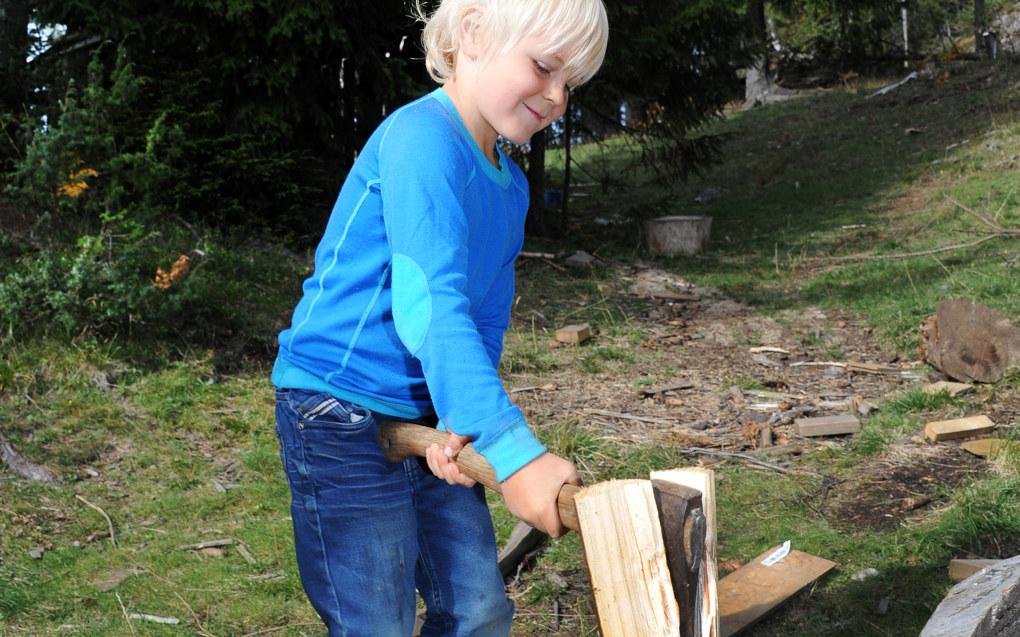 Barna lærer tidlig å håndtere verktøy i Småtjern naturbarnehage på Hadeland. Adrian Engedahl Hansen hugger ved. Foto: Marianne Otterdahl- Jensen