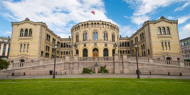 På bildet ser vi Stortinget, fotografert fra plassen foran, Eidsvolls plass.