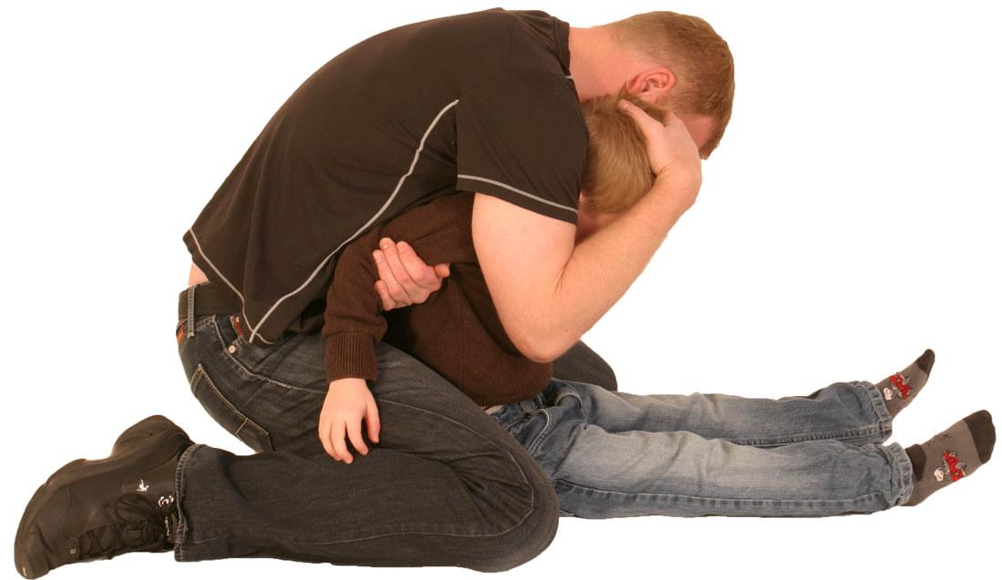 – Vi må ikke bagatellisere det å bli utsatt for vold, fordi utøveren er 7 år og frustrert. Det er fortsatt vold, sier Einar Osnes, hovedverneombud i Oslo. På bildet vises et grep som kan brukes når barn utøver vold. I grepet som er vist her holdes begge armene til barnet med den ene armen. Hodet Stabiliseres for å avverge skalling og skjerme barnet. Foto: Verge Opplæring