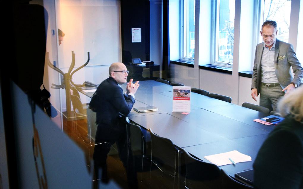 Det kan bli streik i ungdomsskoler og videregående skoler over hele Norge. Bildet er tatt da KS-oppgjøret 2019 startet.  Steffen Handal i Utdanningsforbundet leder forhandlingene for Unio kommune, på andre siden av bordet sitter KS-sjef Tor Arne Gangsø. Foto: Jørgen Jelstad