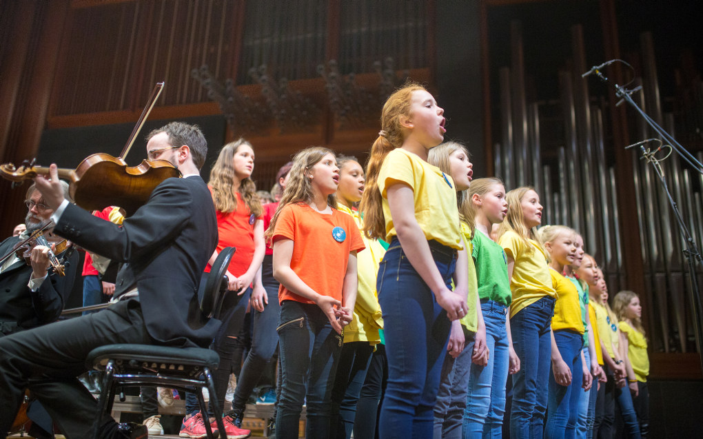 Et elevkor på scenen under Skolenes sangdag, sammen med symfoniorkesteret Oslo-Filharmonien, i 2018. Foto: Hans Skjong