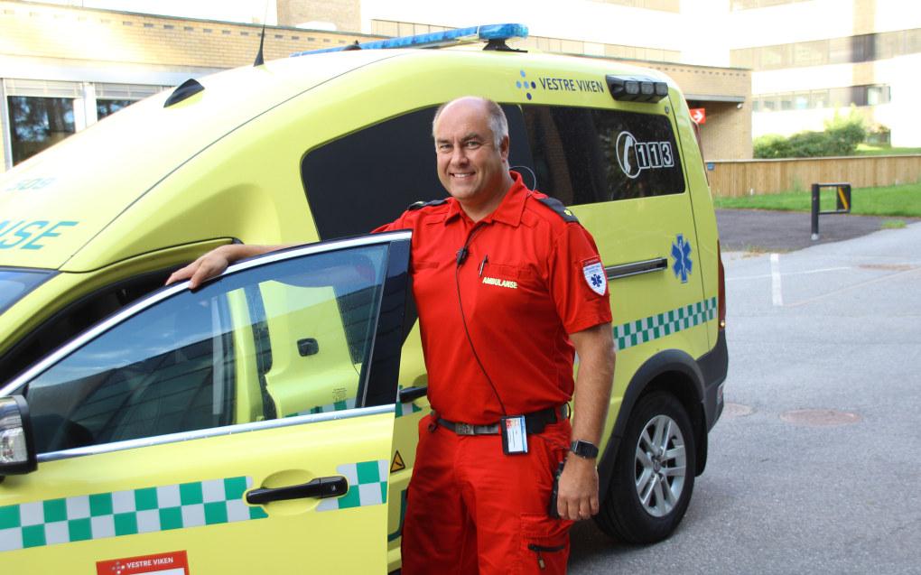 Aleksander Sand Halvorsen (46) tok fagbrev som ambulansefagarbeider i voksen alder. Tidligere har han blant annet jobbet som pilot i SAS. Foto: Steinar Sund