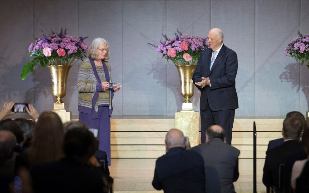Kong Harald overrekker Abelprisen til Karen Uhlenbeck fra University of Texas, Austin, USA, i Universitetets aula tirsdag. Uhlenbeck er den første kvinnelige mottakeren av prisen. Foto: Terje Bendiksby / NTB scanpix