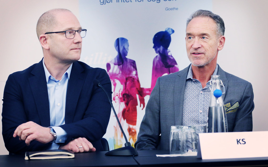 Forhandlingsleiarane Steffen Handal (Unio kommune) og Tor Arne Gangsø (KS) ved starten på lønnsoppgjeret 11. april. Foto: Jørgen Jelstad