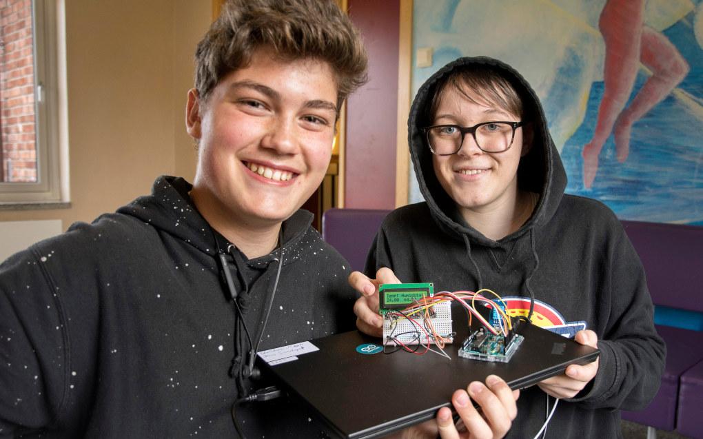 Christian Mark Sundgot (til venstre) og Isak Frosterød har samarbeidet om en elektronisk dings som måler temperatur og fuktighet. Foto: Kari Kløvstad