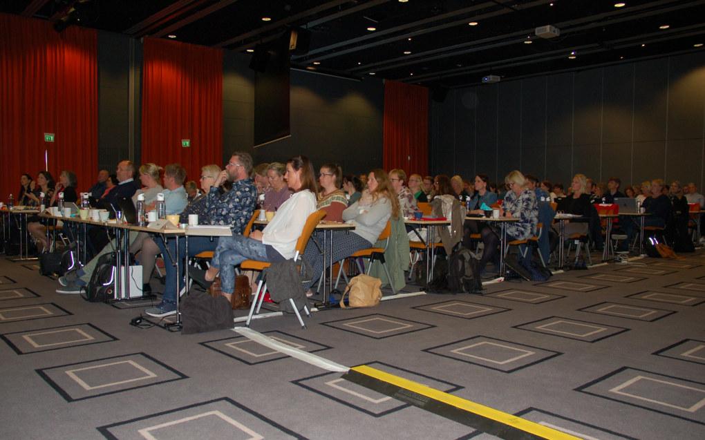 «De som stemmer for, holder seg i ro». Etter en endring og et tillegg vedtok årsmøtet i Utdanningsforbundet Østfold enstemmig at en strategi for å rekruttere nyutdannede pedagoger må utarbeides fram mot 2022. Foto: Ylva Törngren